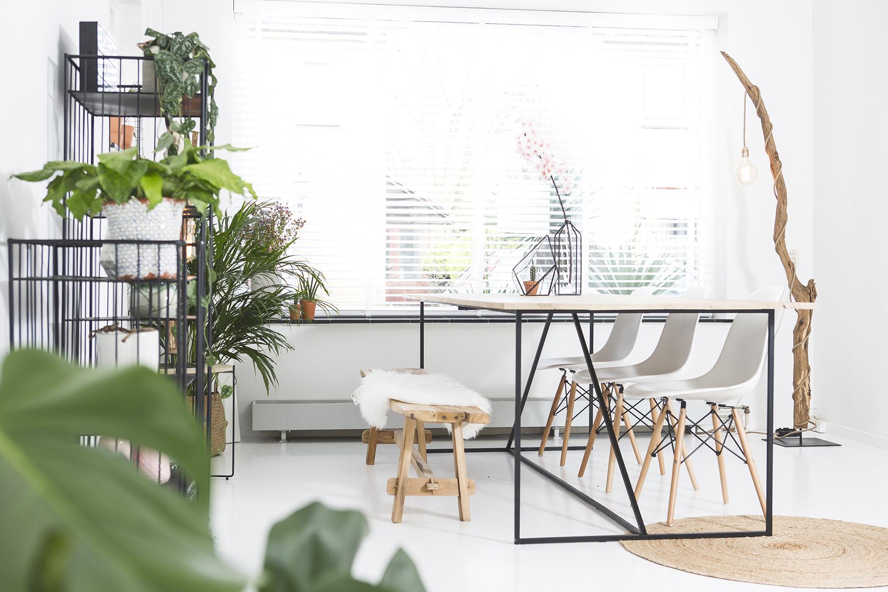 Sofacompany be miles is een zwarte minimalistische eettafel met