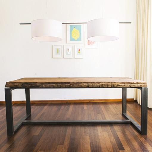 robuuste houten tafel